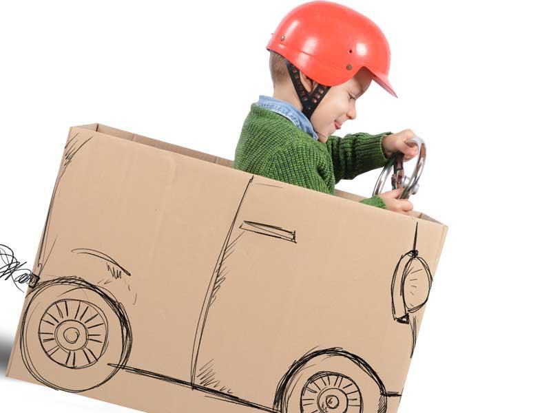 運転手さんのごっこ遊びをしている子供