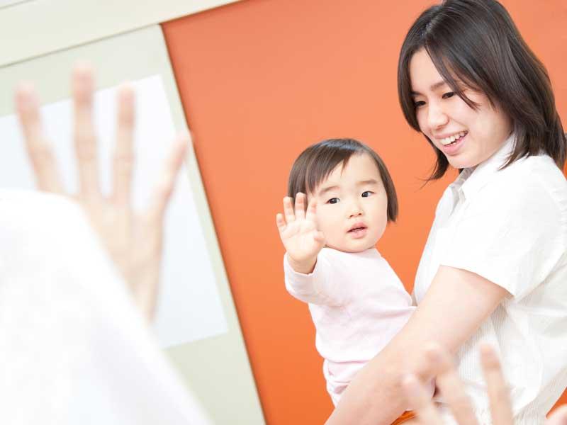 病院を受診した赤ちゃんを抱っこしているお母さん