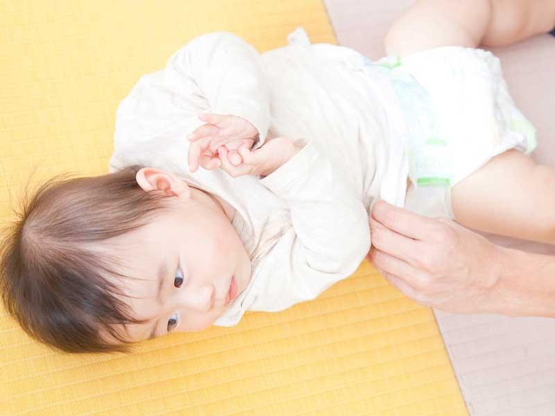 オムツ交換をしている赤ちゃん