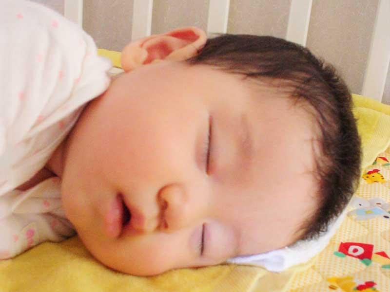 寝ている可愛い赤ちゃん