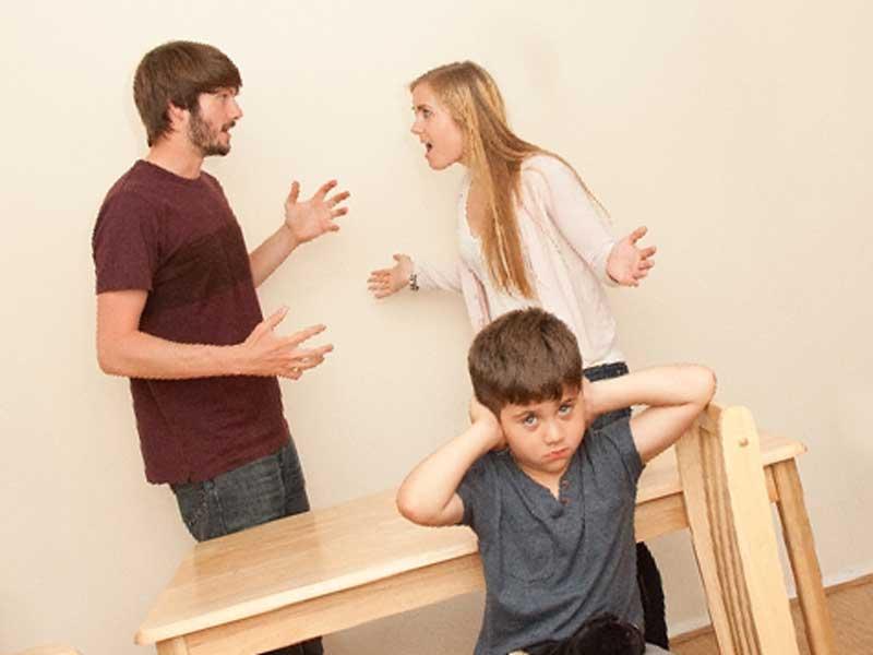 親が喧嘩している家族