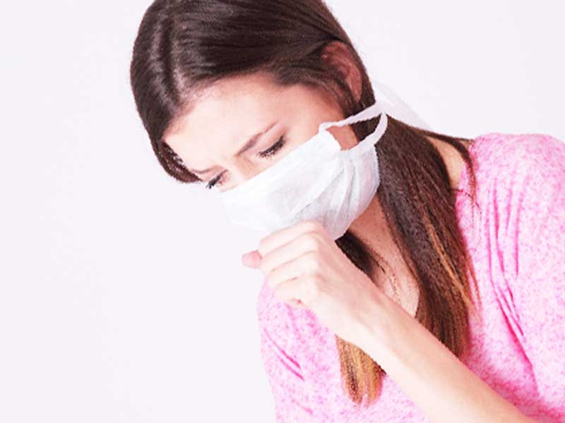 風邪をひいてマスクをしている妊婦さん