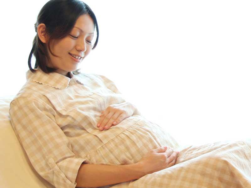 座っている妊婦さん