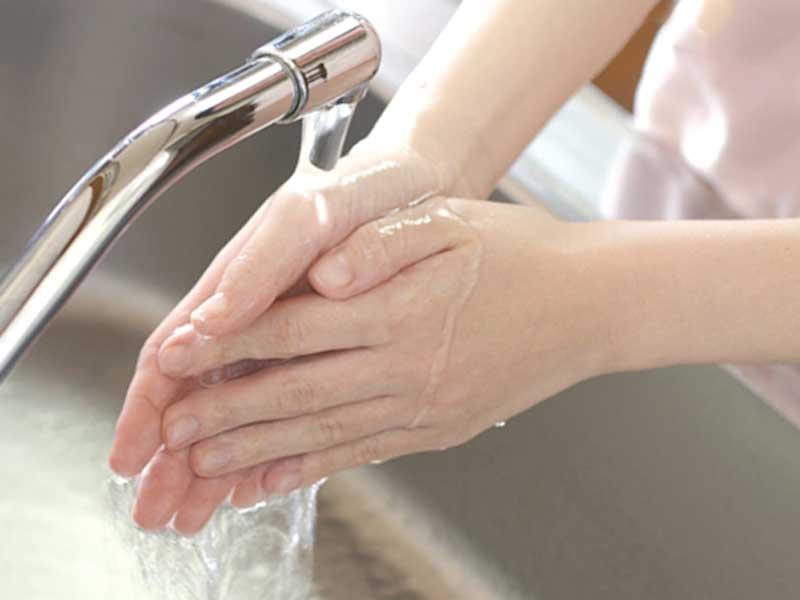手を洗っている妊婦さん