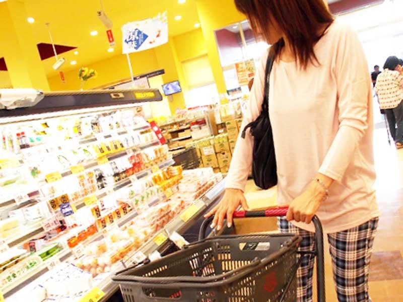 買い物に出かけるアラフォーママ