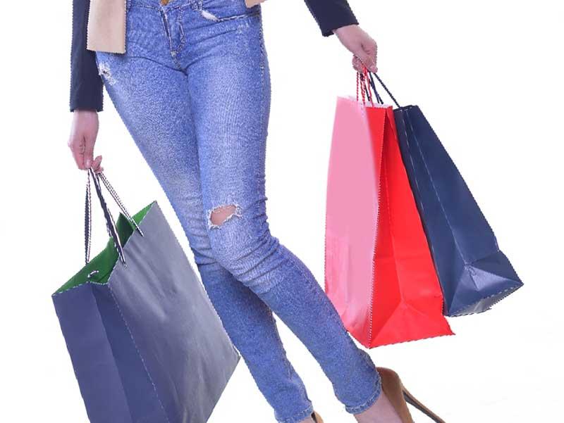 流行の服を買うアラフォーママ