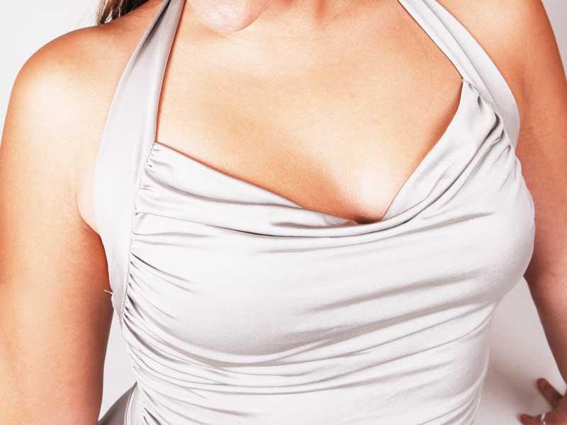 胸を強調した服を着ている女性