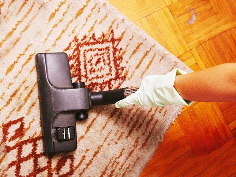床掃除をしているお母さん