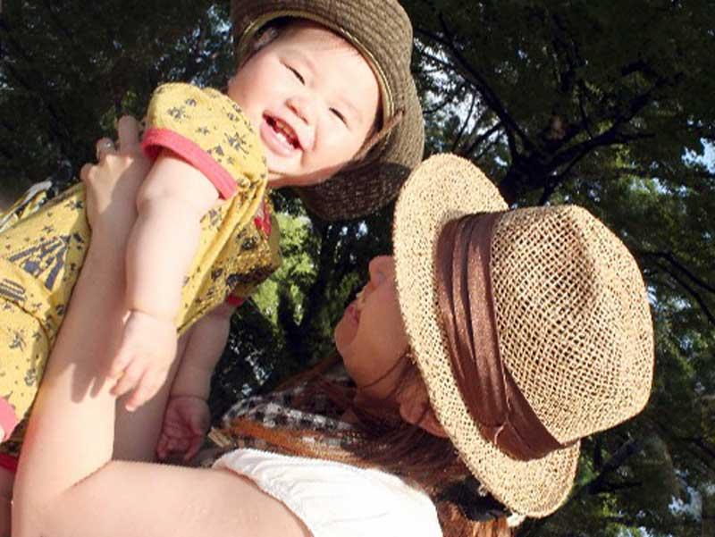 ママに抱っこされる元気な赤ちゃん