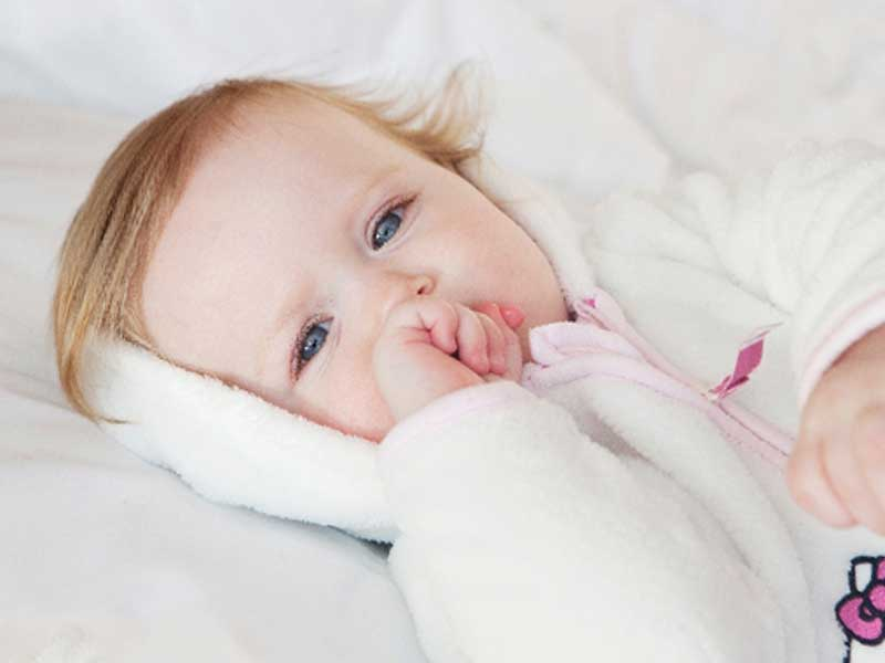 服を着ている赤ちゃん