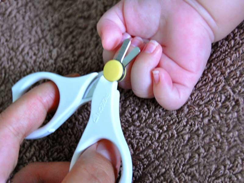 爪が伸びた赤ちゃんと赤ちゃん用爪切り