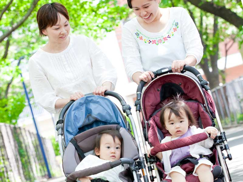 子どもを連れて散歩するママ友