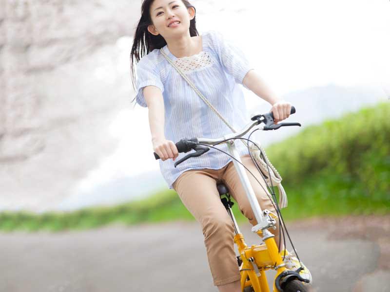 自転車を乗っている女の子