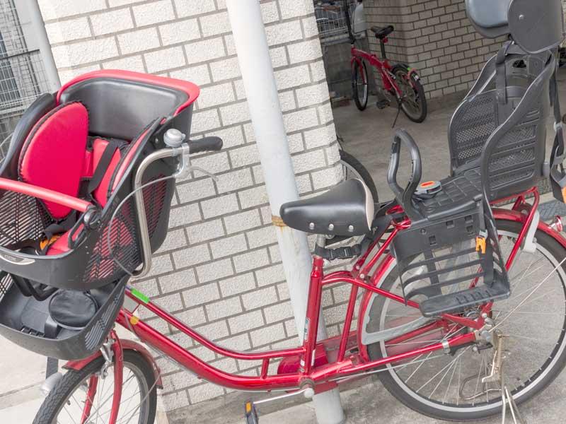 前と後ろにチャイルドシートを取り付けた自転車