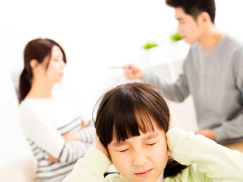 夫婦喧嘩をしている家庭