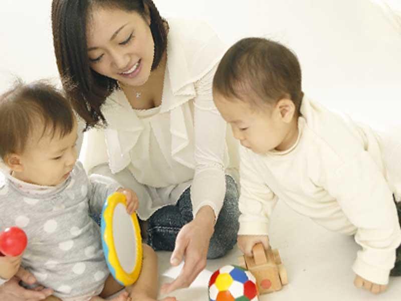 乳児院で先生と遊んでいる子供達