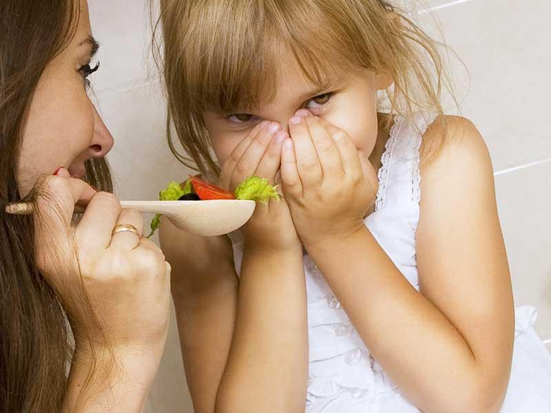 食事を食べようとしない子供