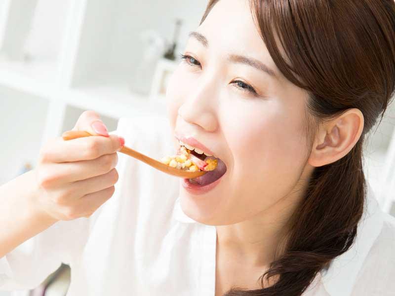 食べ物を美味しく食べる妊婦さん