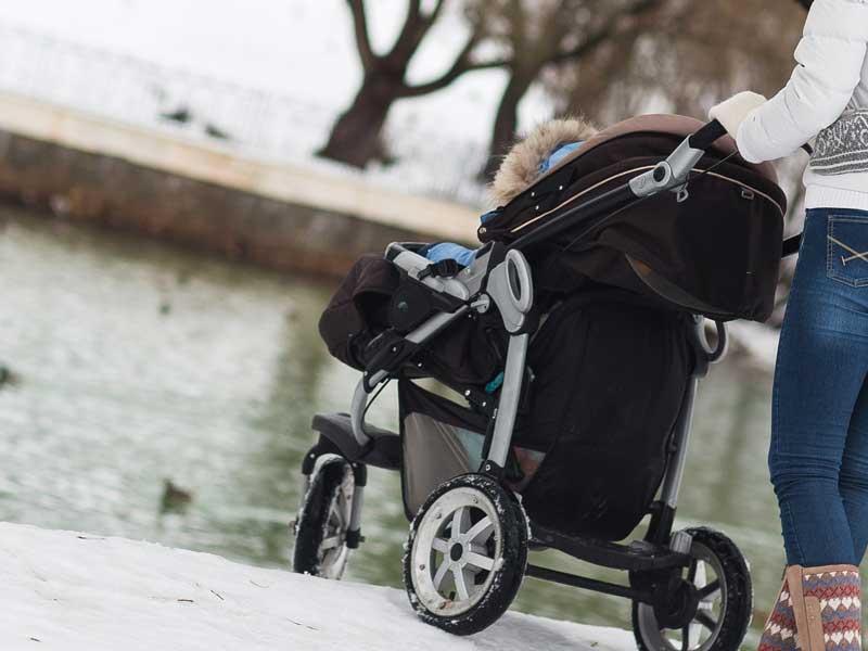 寒い季節にベビーカーで出かける親子