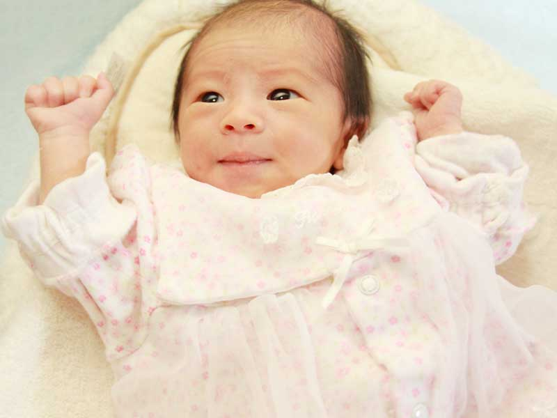 ツーウェイオールを着ている新生児