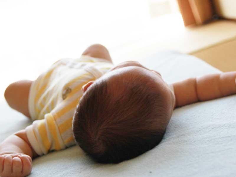 真夏に昼寝をしている赤ちゃん