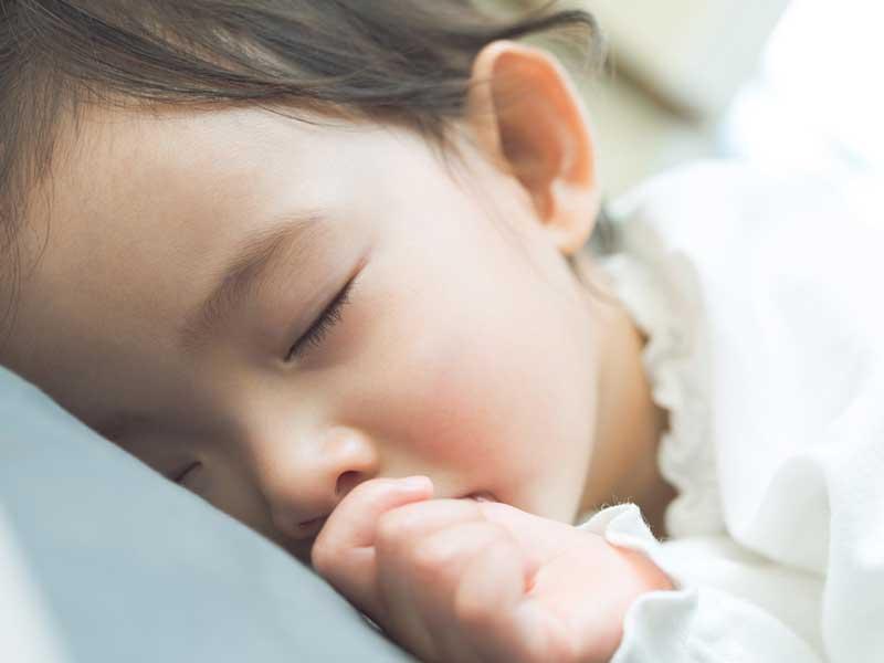 寝ている幼児
