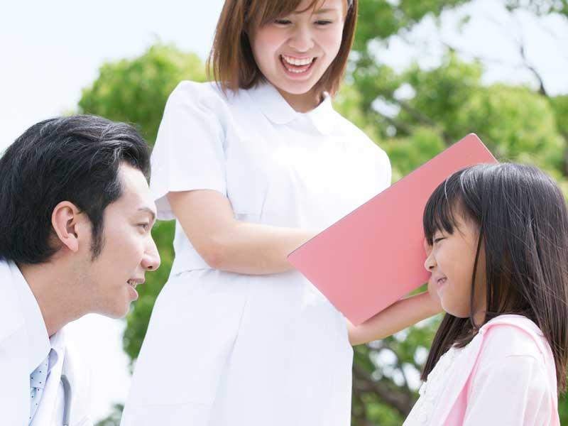 病院にいる女の子とお父さん