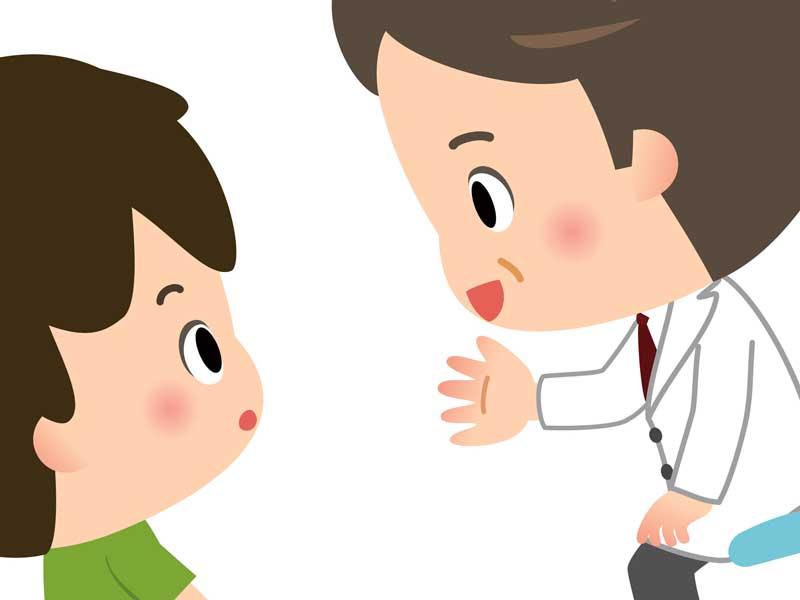 病院で診察を受けている男の子のイラスト