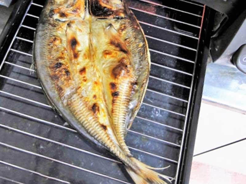 グリルで焼かれた魚