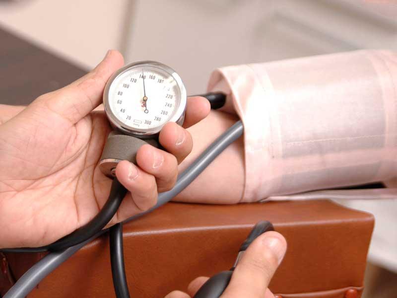血圧を測られている女性