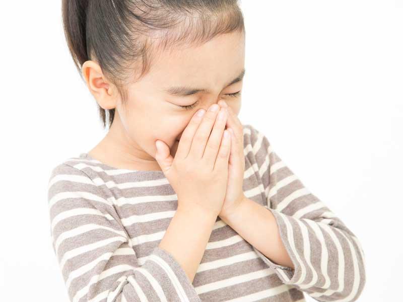 花粉症でくしゃみをしている子供