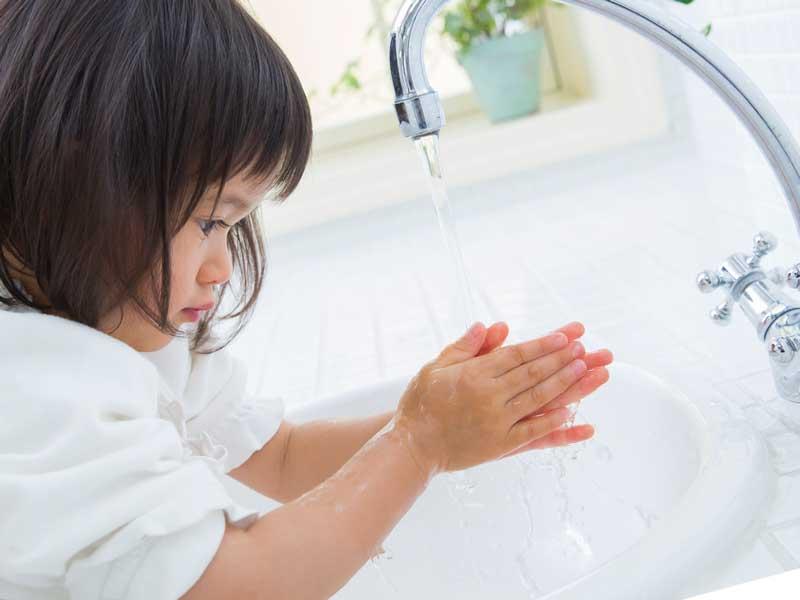 手洗いをしている子供