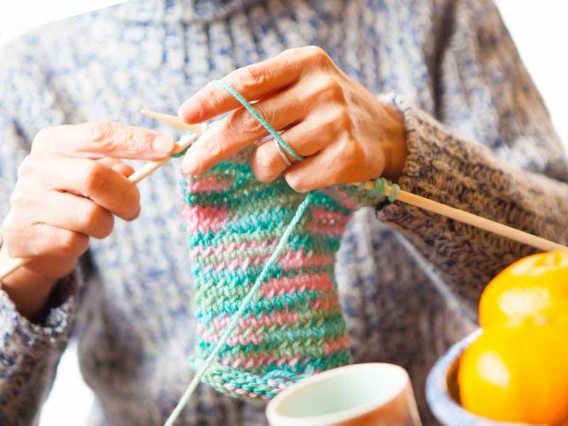 編み物をしている主婦