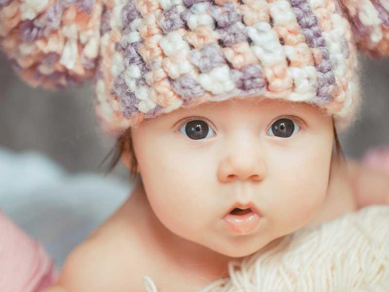 ニットの帽子を被る赤ちゃん