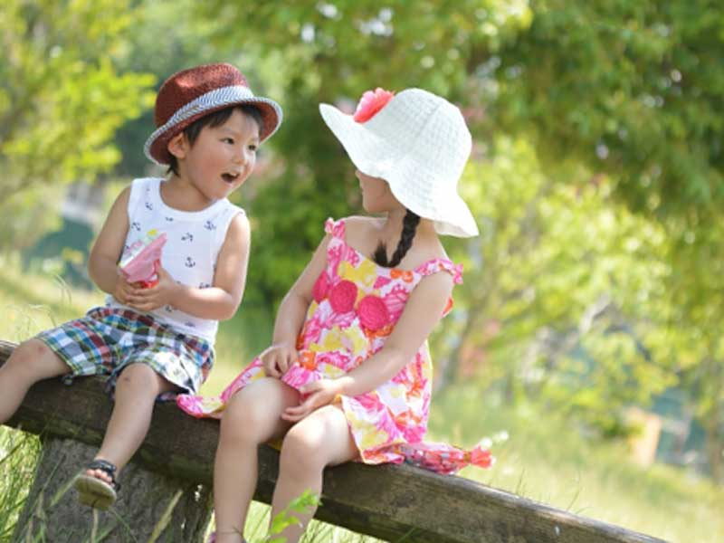 公園で遊んでいる幼児達