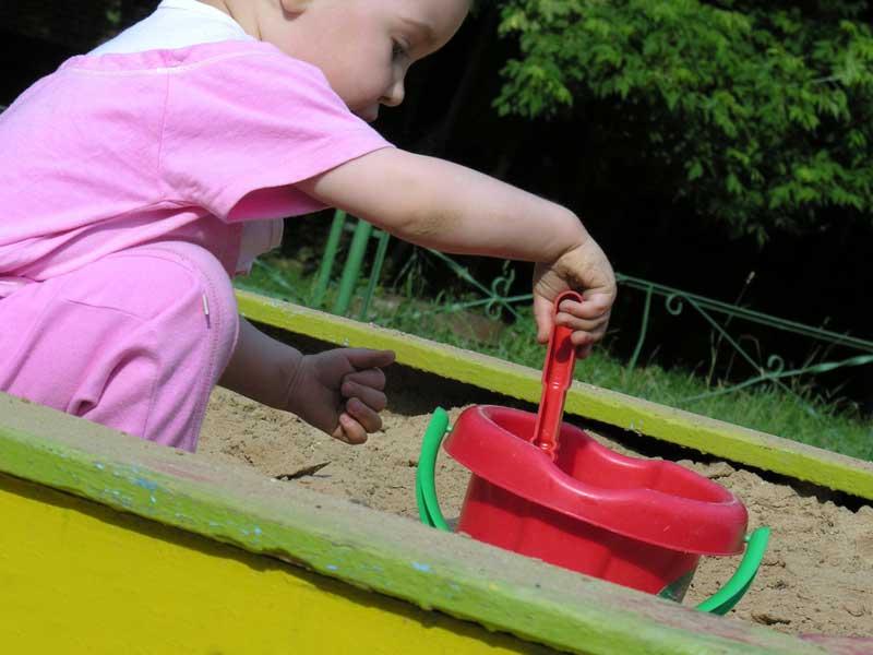 砂遊びをしている幼児