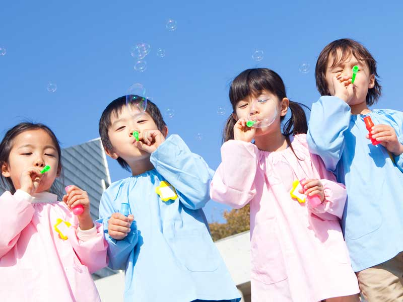 シャボン玉で遊んでいる保育園の子供達