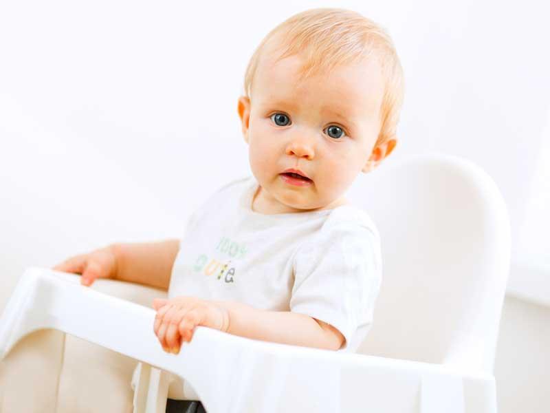 ベビーチェアに座っている赤ちゃん