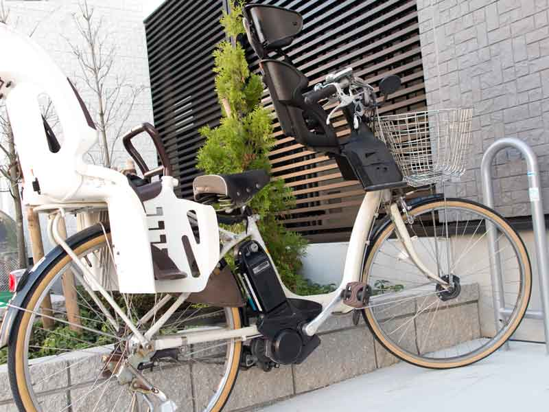 家の前に止めている電動自転車