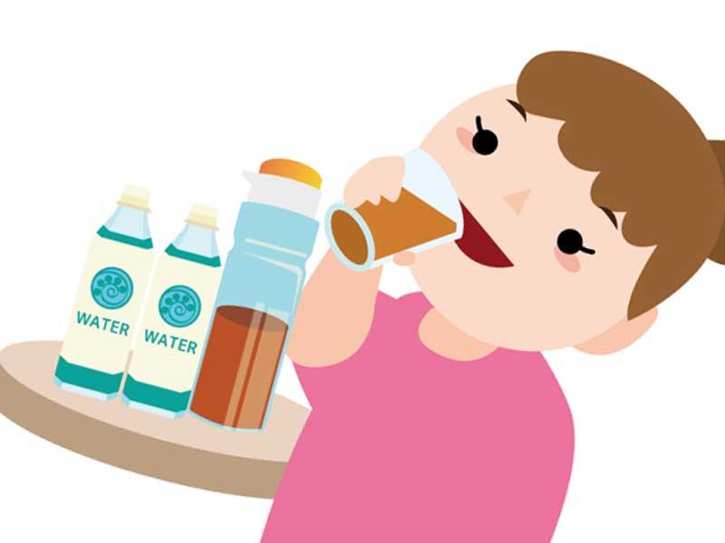 水分を沢山摂っている妊婦さんのイラスト