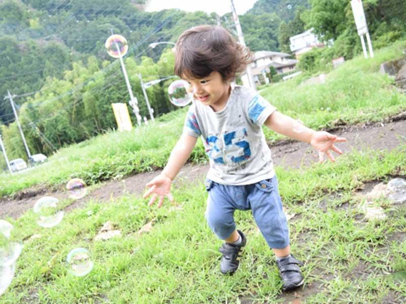 公園遊んでいる男の子