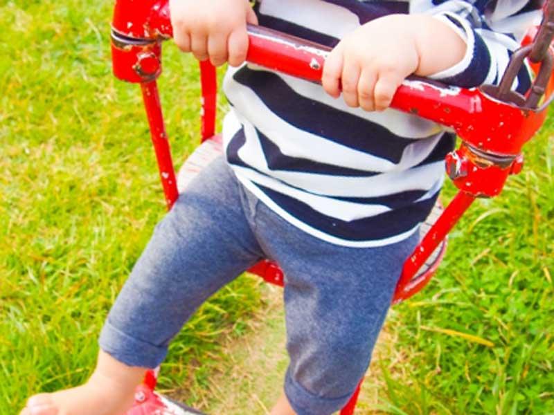 公園のブランコで遊んでいる女の子