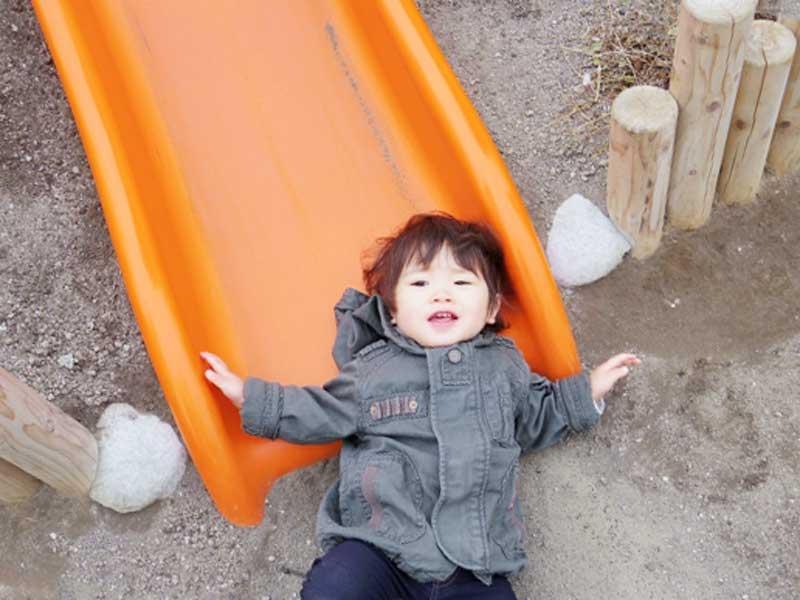 公園の滑り台で遊んでいる女の子