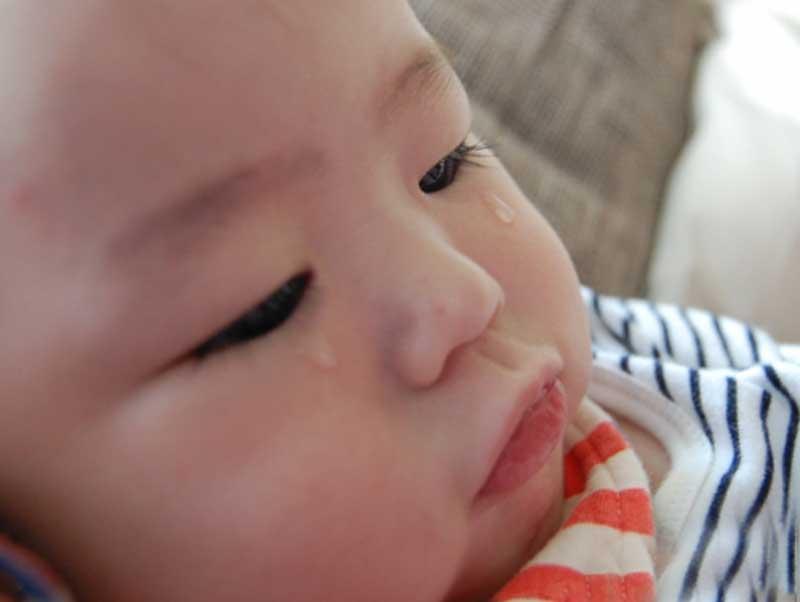涙目の赤ちゃん