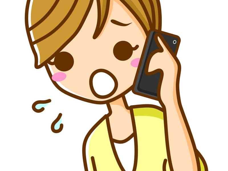 焦って赤ちゃんの救急相談に電話するお母さん