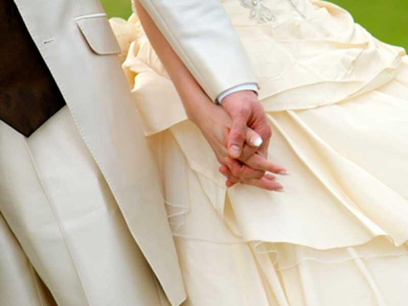 手を繋いでいる夫婦
