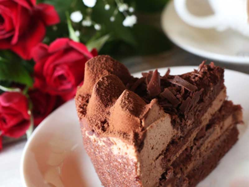 チョコレートケーキと花