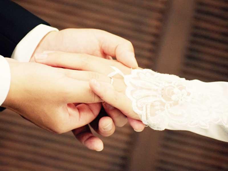 指輪交換する新婚夫婦