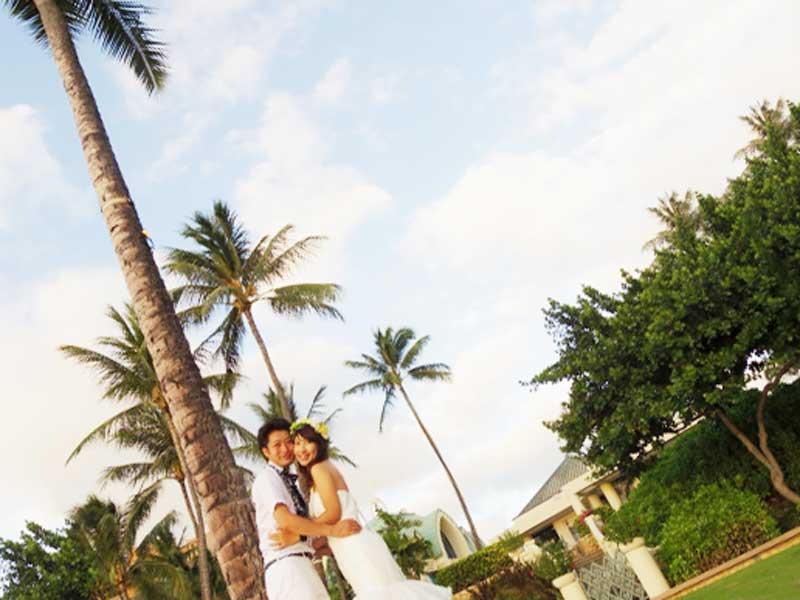ハワイで結婚式をあげる夫婦