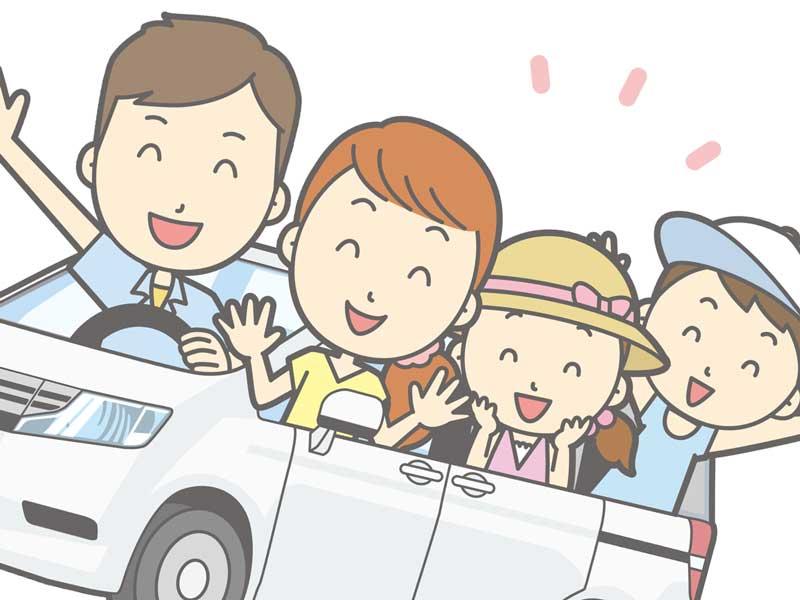 車で旅行をする家族
